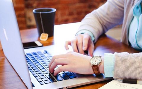 Xing, LinkedIn - Computer ©2020 StartupStockPhotos auf Pixabay