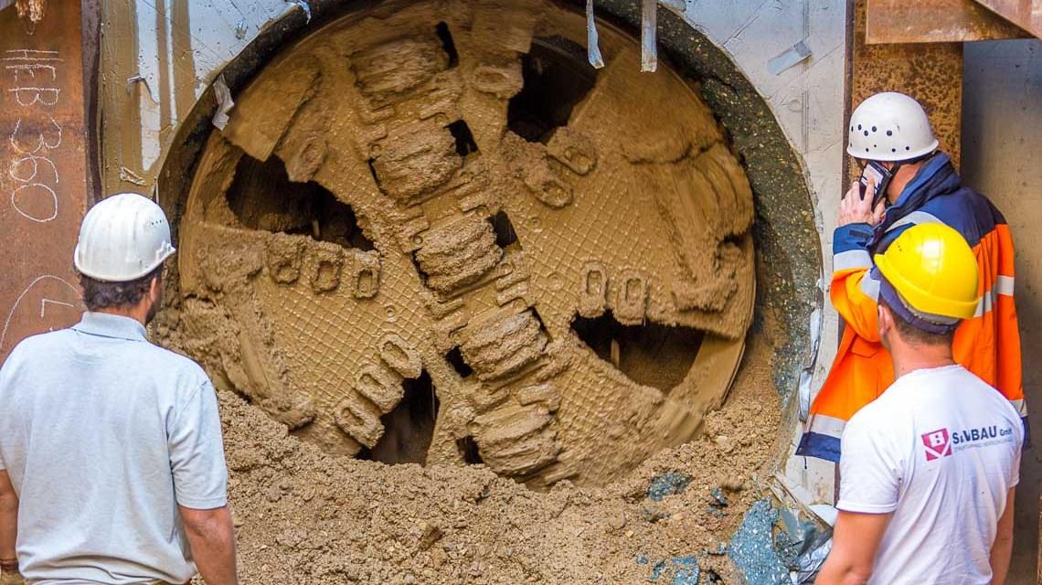 Bohreer, Die Vortriebsmaschine arbeitete sich mit Geschwindigkeiten von 8 bis 170 Millimetern pro Minute durch Kalksteinbänke.