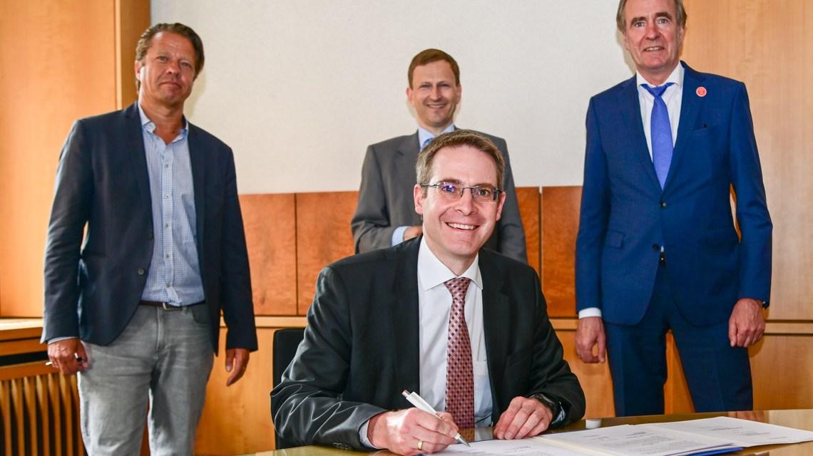 Unterschrift zum Fachkräftepakt: Dr. Oliver Franz, Robert Möller, Thomas Reckmeyer, Martin Bosch (vorne) Foto: Volker Watschounek