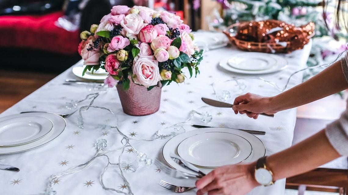Tisch eindecken, Symbbolfoto Karolina Grabowska from Pixabay