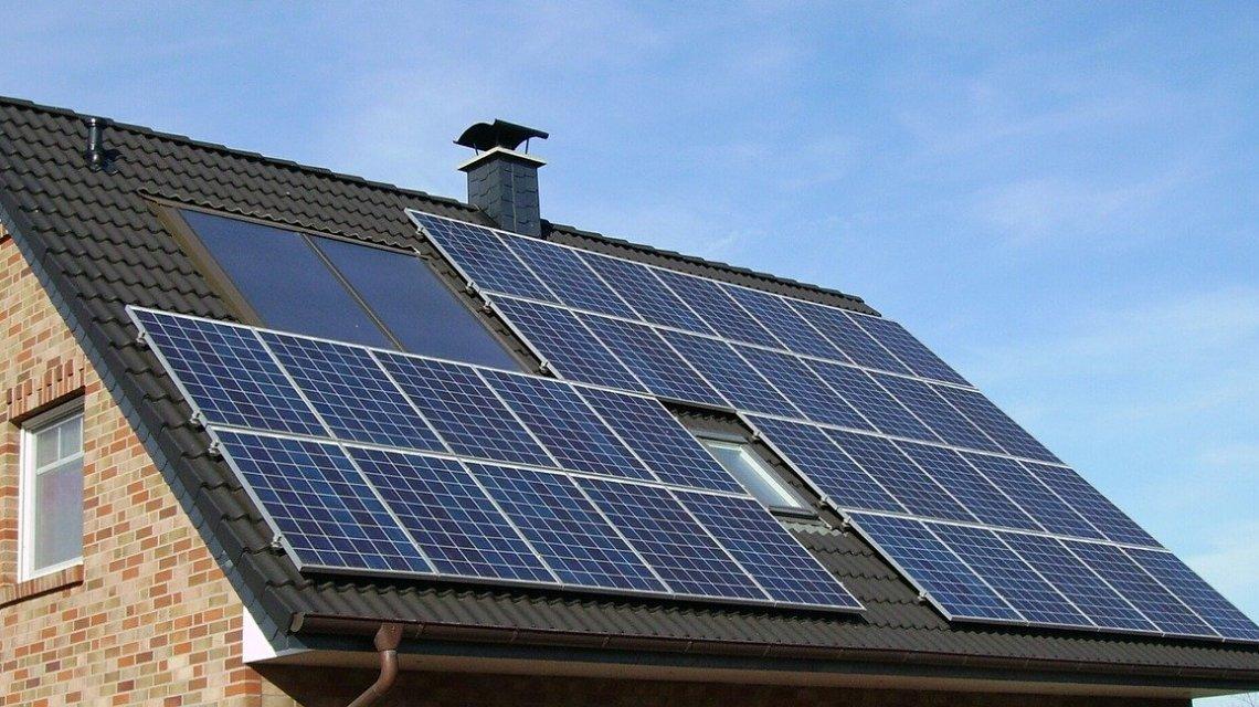 Solaranlage auf Hausdach ©2020 skeeze auf Pixabay