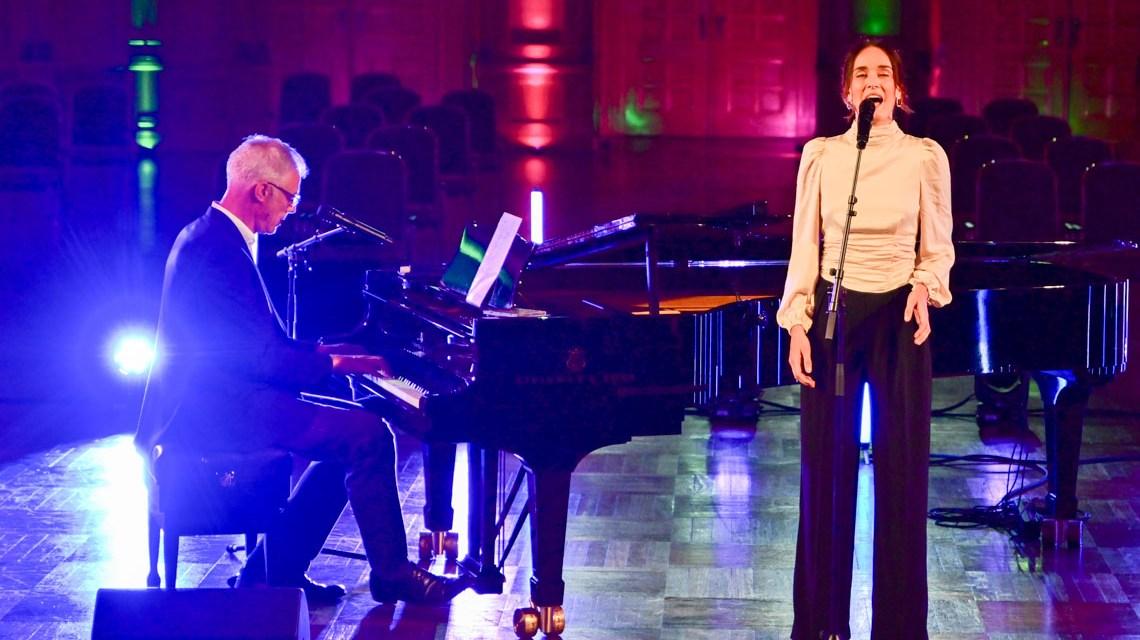 Naomi Kraft und Alexander von Wangenheim auf der Bühne im Kurhaus.