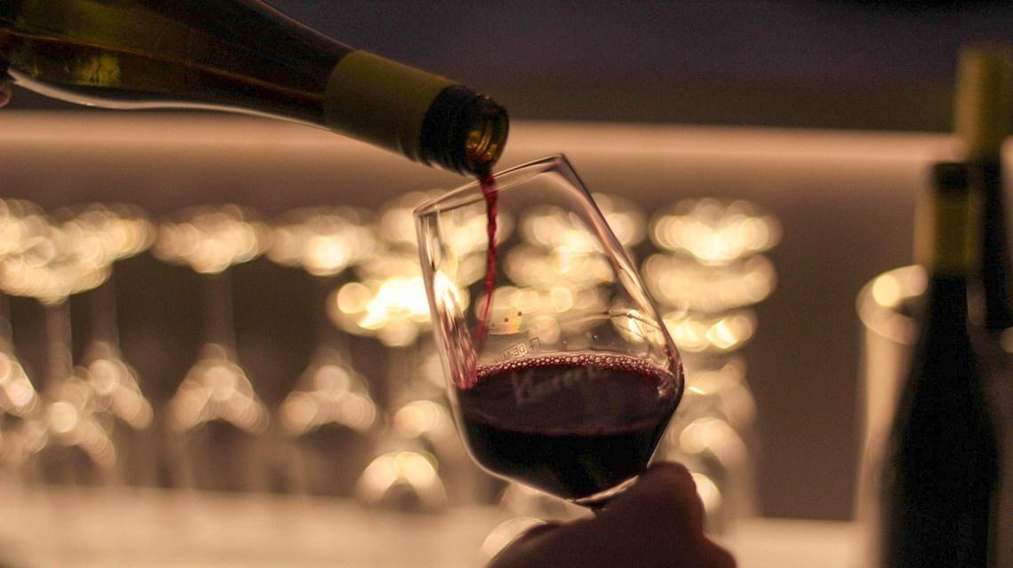 Wein einschenken ©2020 Andre_Grunden auf Pixabay