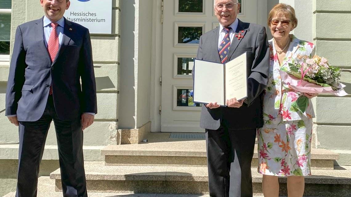 ©2020 HKM; v.l.n.r. Kultusminister Prof. Dr. R. Alexander Lorz, Prof. Dr. Peter Lorbacher, Ehefrau Brigitte Lorbacher