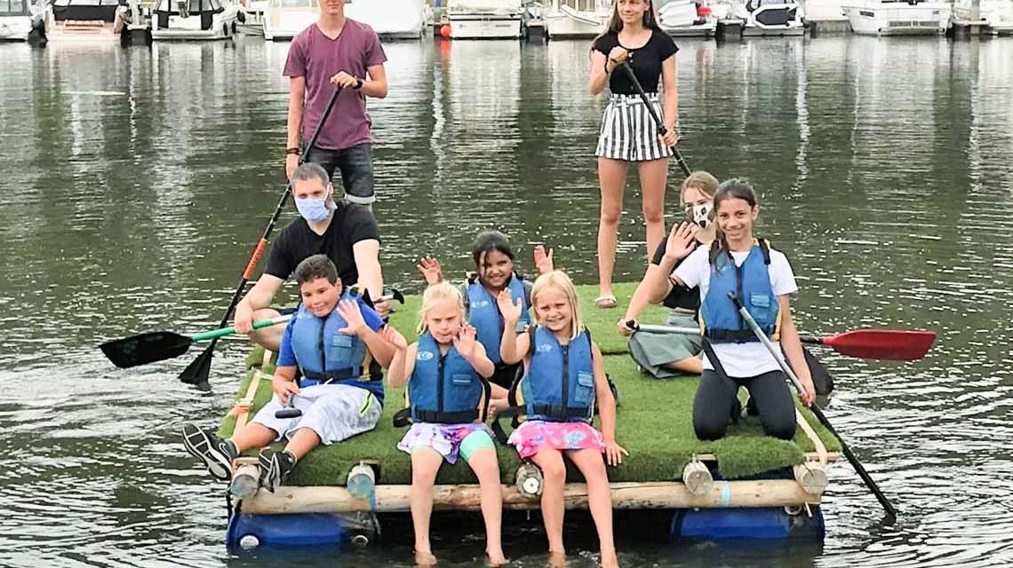 Teamwork bei Floßfahrt im Schiersteiner Hafen