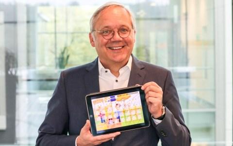 Auch auf dem Tablet abrufbar: Ralf Schodlok eröffnet zum 90-jährigen ESWE-Jubiläum den großen 90-Tage-Adventskalender. Am 3. Oktober geht's los auf www.eswe-versorgung.de