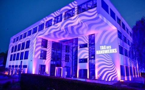 Die Handwerkskammer Wiesabden m Tag des Handwerks iluminiert.