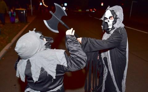 Halloween in Aukamm Housing: Trick or Treat, dafür gab es reichlich Süßes. Foto: Volker Watschounek