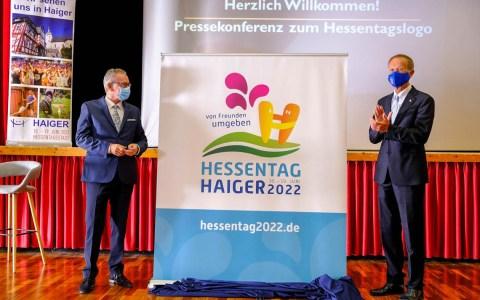 Der Chef der Hessischen Staatskanzlei, Axel Wintermeyer (rechts), stellte mit dem Haigerer Bürgermeister Mario Schramm das Motto und das Logo für den Hessentag 2022 vor. Foto: Hessische Staatskanzlei