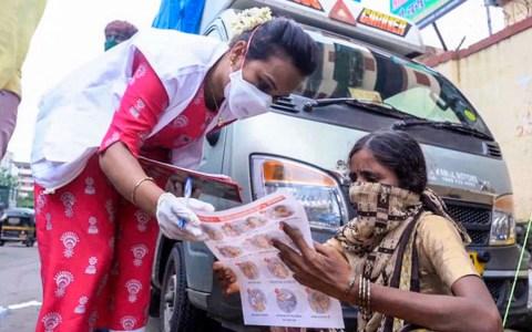 """Impfstoff. Die Hilfsorganisation """"Ärzte ohne Grenzen"""" kämpft in den Armenvierteln Indiens gegen die Corona-Pandemie. Copyright: ZDF/Surya Balakrishnan"""