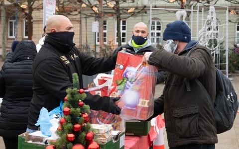 Der Black Wolves Fight Club Kostheim verteilt Weihnachtstüten auf dem Luisenplatz.