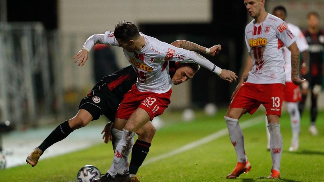 Fußball - Hessen - DFB Pokal - zweite Runde - Herren Saison 2020/2021 / SV Wehen Wiesbaden (schwarz) - SSV Jahn Regensburg (ws) / v.l. Jan Elvedi (Regensburg - Nr. 33), Phillip Tietz (Wiesbaden - Nr. 9), Erik Wekesser (Regensburg - Nr. 13)