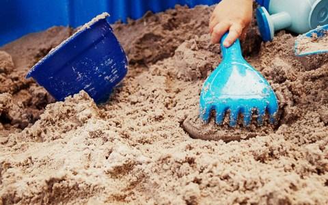 Spielplatz: Altöl im Sandspielbereich des Kinderspielplatzes