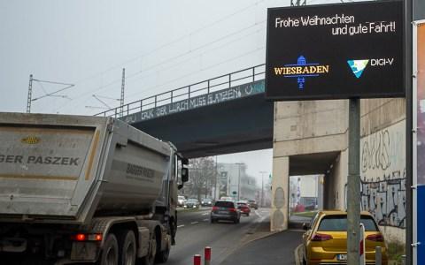 Wiesbaden nimmt die erste digitale Verkehrs-Infotafel in Betrieb
