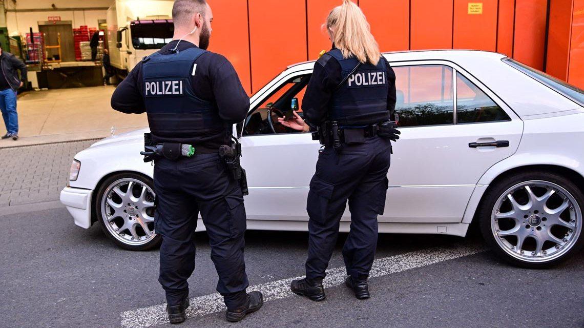 Polizei überprüft Autofahrer in Wiesbaden.