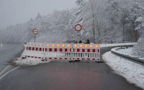 Jagdschloss Platte: Die Stadtpolizei hat die Zufahrt gesperrt Foto: Volker Watschounek