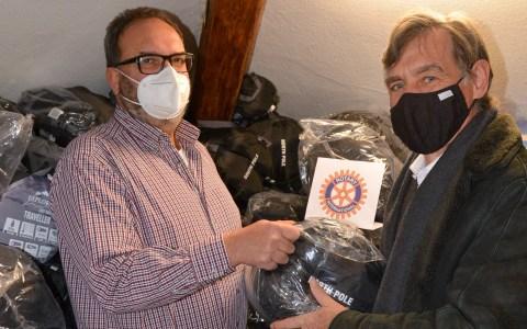 Leiter Matthias Röhrig (links) freut sich über die Spende, die Dr. Thomas Busch, Präsident des Rotary-Clubs Wiesbaden Nassau, symbolisch überreicht.