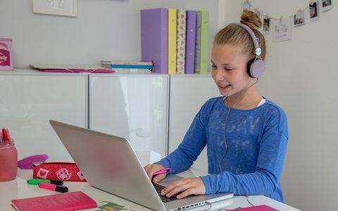 """Studienkreis: Schülerin vor ihrem Laptop. """"In kostenlosen Online-Kursen können Schülerinnen und Schüler beim Studienkreis lernen, wie man lernt."""" Foto: Studienkreis"""