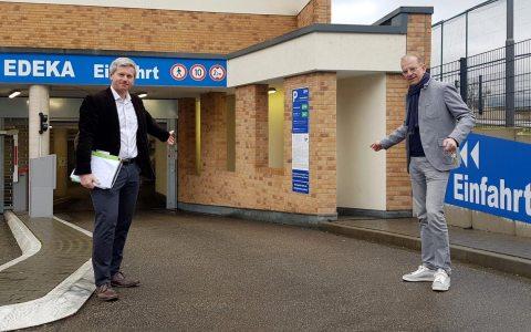 Andreas Nolte ud Andreas Kowol vor der Tiefgarage des Edeka