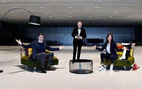 In einer leeren Halle sitzen Thomas Berlemann (Vorstandsvorsitzender Stiftung Deutsche Sporthilfe, Johannes B. Kerner, Denise Schindler (Para-Radsport)