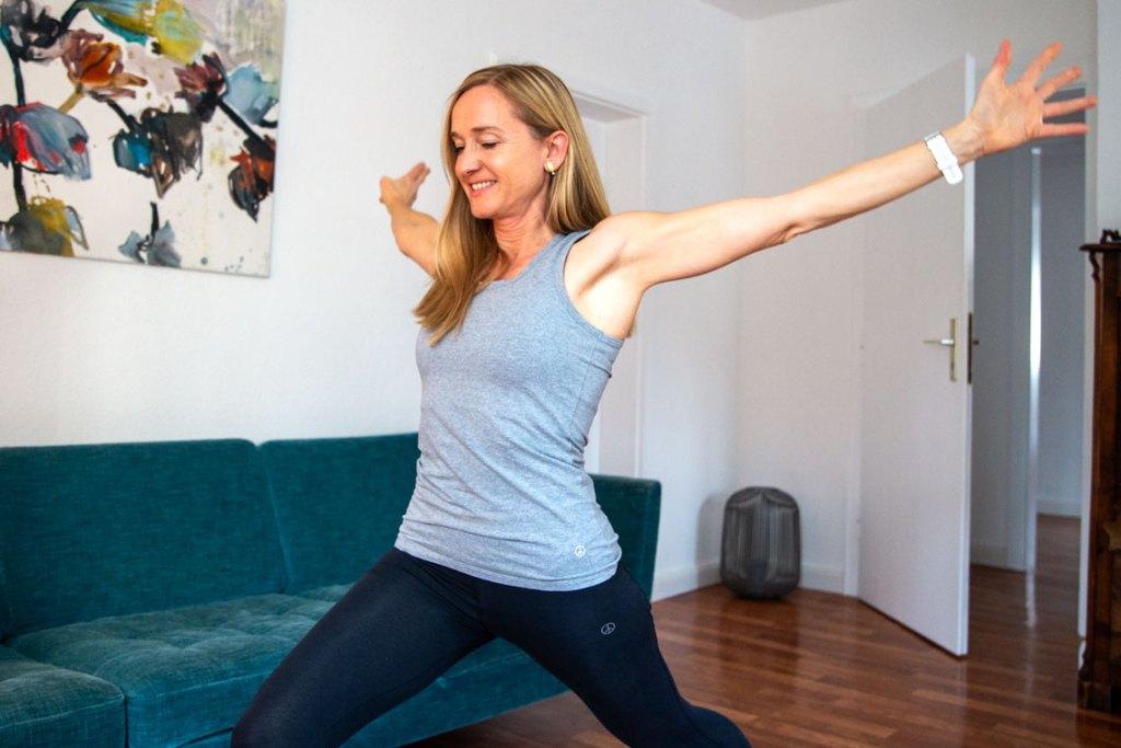 Hebamme Silke Then während der im Onlinekurs Rückbildungsgymnastik