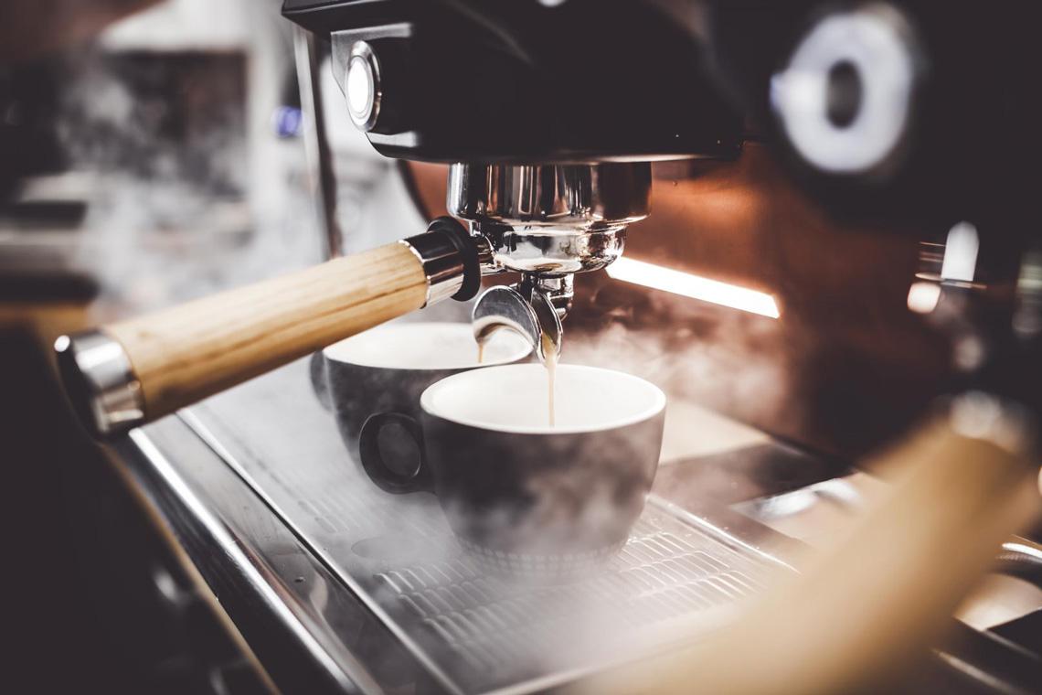 Kaffeemaschine zieht zwei Kaffee
