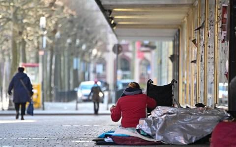 Luisenstraße, neben der Bonifatiuskirche, Obdachlose auf der Straße. Unter der Alu-Decke befindet sich ein weiterer Obdachloser. Foto: Volker Watschounek