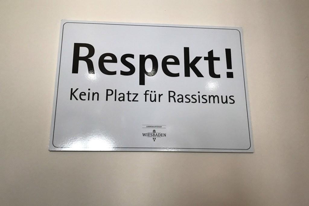 Schild für Respekt und gegen Rassismus im Rathaus