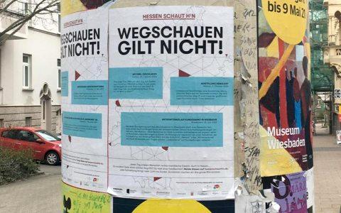 """""""Hessen schaut hin"""": """"Wegschauen gilt nicht"""": An 194 Stellen im gesamten Wiesbadener Stadtgebiet hängen Plakate, mit Motiven, die Taten sichtbar machen, die rassistisch, antisemitisch, antimuslimisch oder antiziganistisch motiviert sind. (Foto: Nicole Nestler /Bündnis für Demokratie)"""