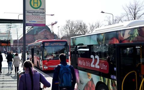 Scholz & Volkmer fahren Bus und Bahn