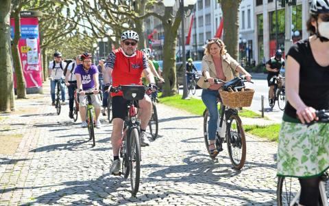 Mehr als 100 Radfahrer entlang der Wilhelmstraße.