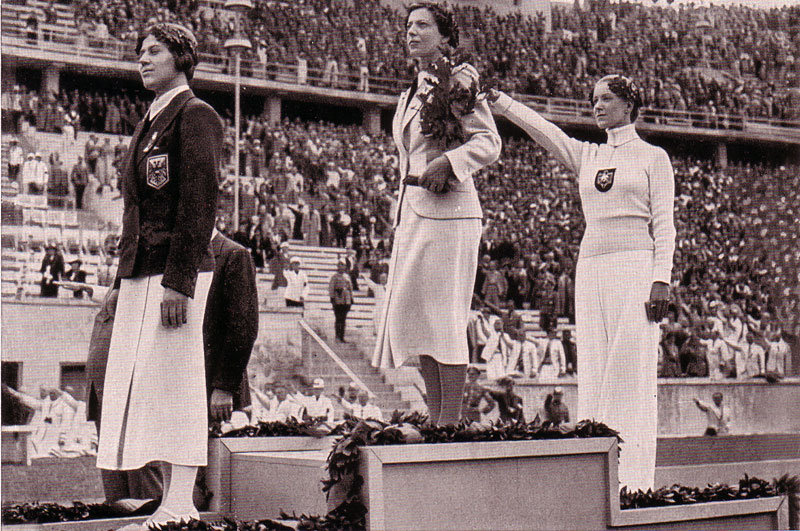 Helene Mayer (rechts) bei der Siegerehrung 1936 gemeinsam mit Ellen Preis (links) und Ilona Elek (Mitte) ©2021 Autor unbekannt - Gemeinfrei