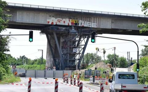 Salzbachtalbrücke von der Mainzer Straße aus aus der Innenstadt kommend.
