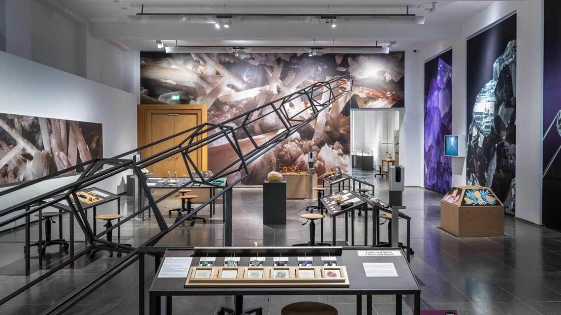 Ausstellungsraum mit vielen bunten Kristallen