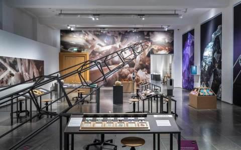 Ausstellungsraum mit vielen bunten Kristallen/Kristalle