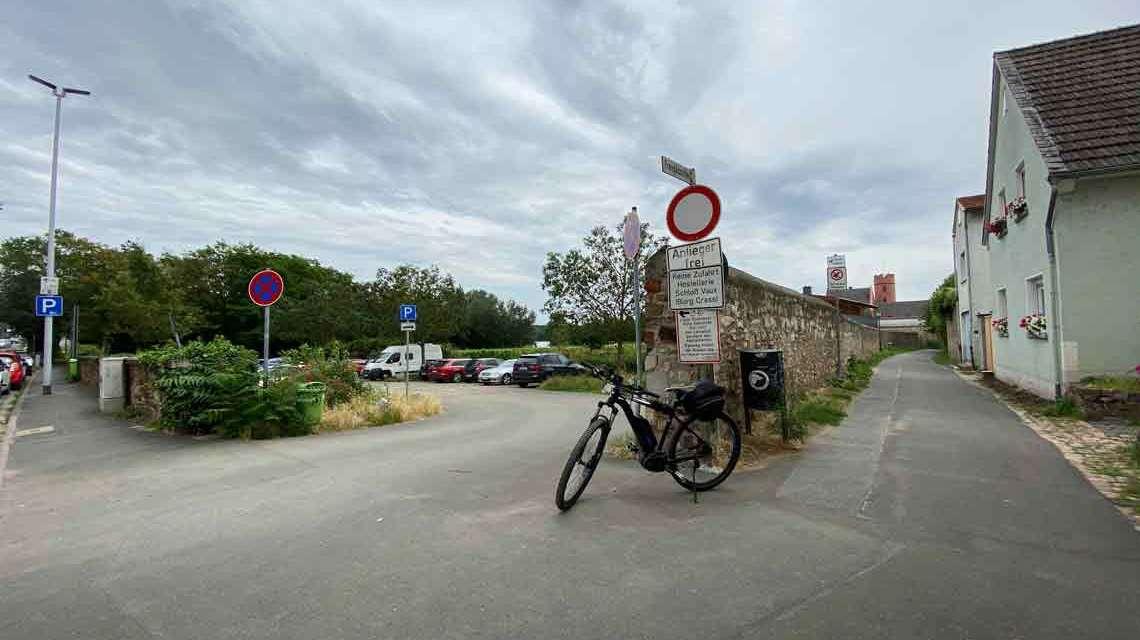 Fahrradfahrende sollen zukünftig den Radweg R3 Richtung Walluf nutzen, statt wie bisher etwa über das Freygäßchen auf den Leinpfad zu fahren