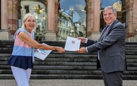 Smart City , Digitalministerin Prof. Dr. Kristina Sinemus überreichte heute den Bewilligungsbescheid an Oberbürgermeister Gert- Uwe Mende.