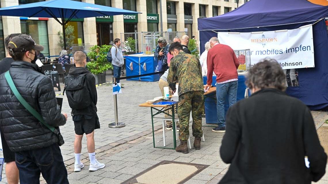 Während der Wochenmarkt lief hat gegenüber des Cafés Le Maisson du Pain eine Sonderimpfaktion der LH Wiesbaden stattgefunden.