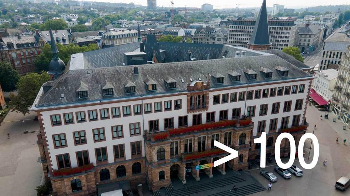 Corona-Regeln: Das Neue Rathaus von Wiesbaden aus der Vogelperspektive