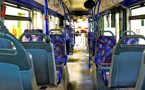 Leerer Bus, startklar für den Dienstantritt.