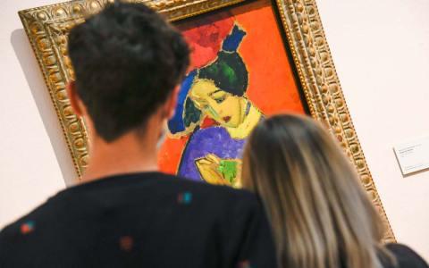 Tag der offenen Tür: Zwei Museumsbesucher schauen sich ein Werk von Jawlensky an.