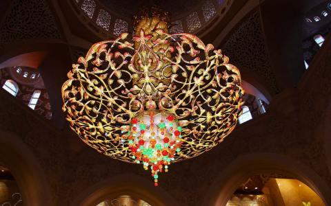 Moschee von Innen, Kronleuchter am, Tag der offenen Moschee