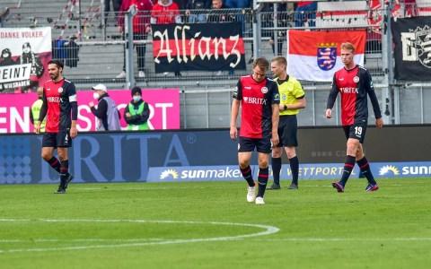 Die Spieler des SV Wehen Wiesbaden lassen die Köpfe hängen.