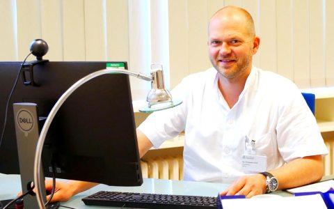 Chefarzt der Gynäkologie Dr. Christopher Wolf im Beratungsgespräch