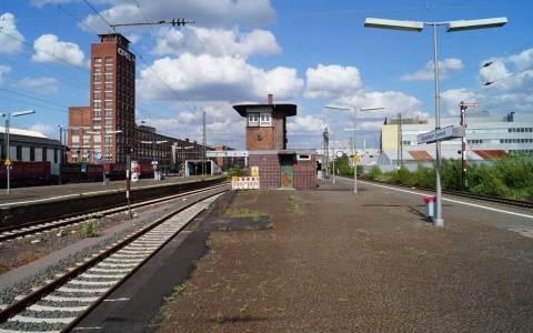 Auf der linken Seite des Opelbahnhofs ist der Opel-Turm zu sehen
