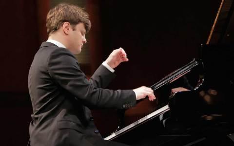 Georgy Tchaidze sitzt am Klavier und spielt.