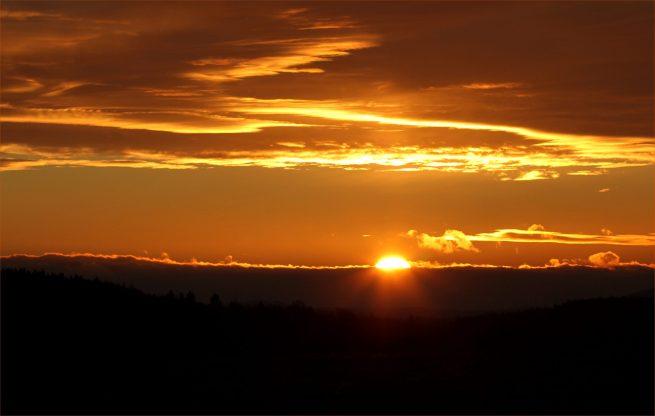 Geschafft, die Sonne blinzelt hinter den Hügeln hervor