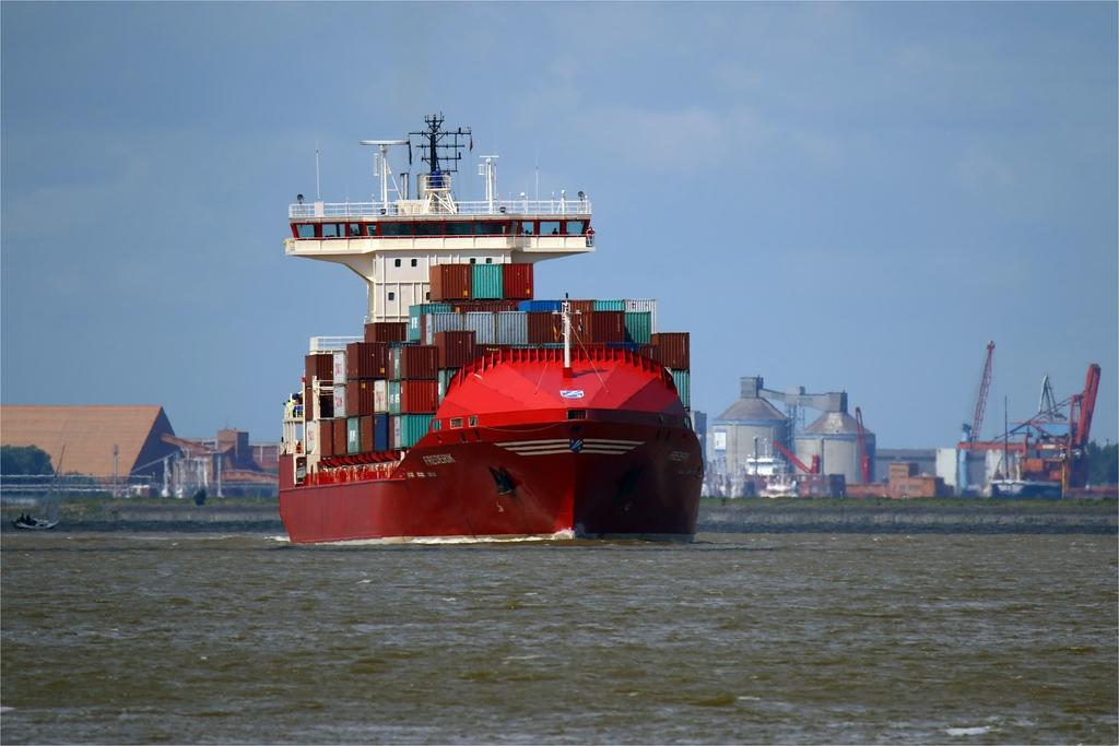 Großer Pott - Containerschiff auf der Elbe