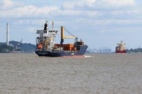 Frachtschiff mit Ziel Hamburger Hafen