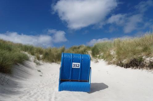 Schicker Strandkorb auf der Düne